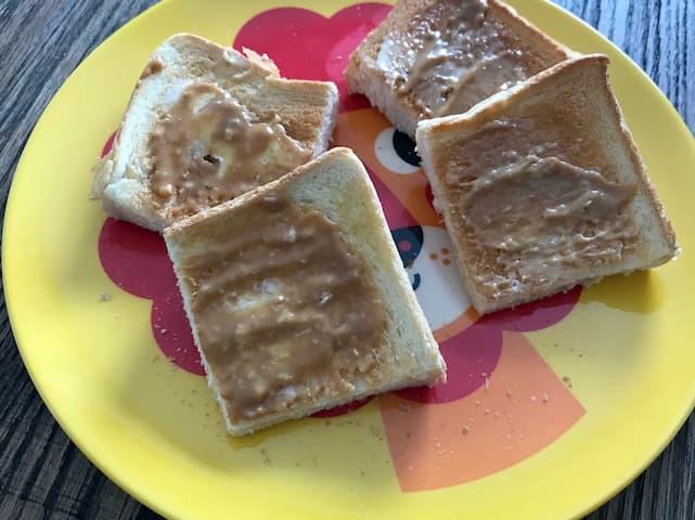 ジャムを乗せたトースト