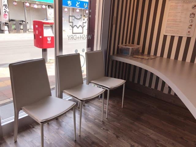 コインランドリーAQUA本通2丁目店のテーブルと椅子
