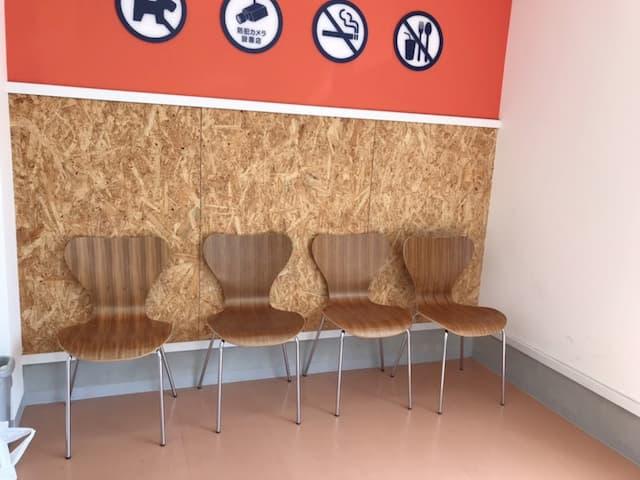 コインランドリークリア店内の椅子