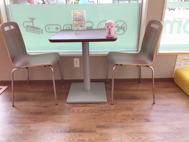 キッズルームのすぐ横の椅子