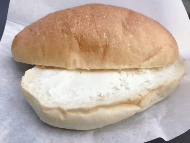 コッペパンの中のクリームチーズ