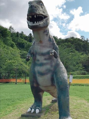 正面から見た恐竜