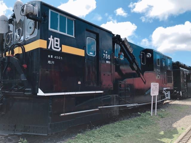 屋外に展示されている鉄道