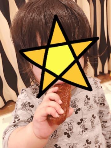 かりんとう饅頭を食べる子供