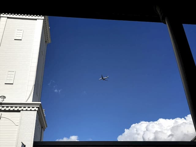 レラの上を飛ぶ飛行機