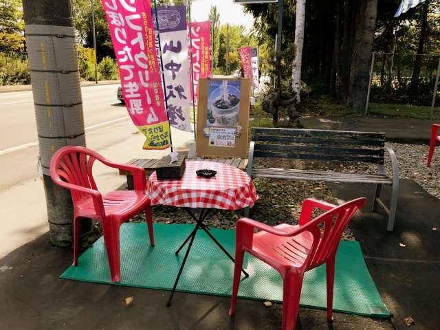 お店の前の座って食べられるスペース