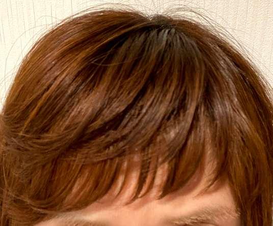 前髪をケラチナムサーティーンエマルジョンでセットした様子
